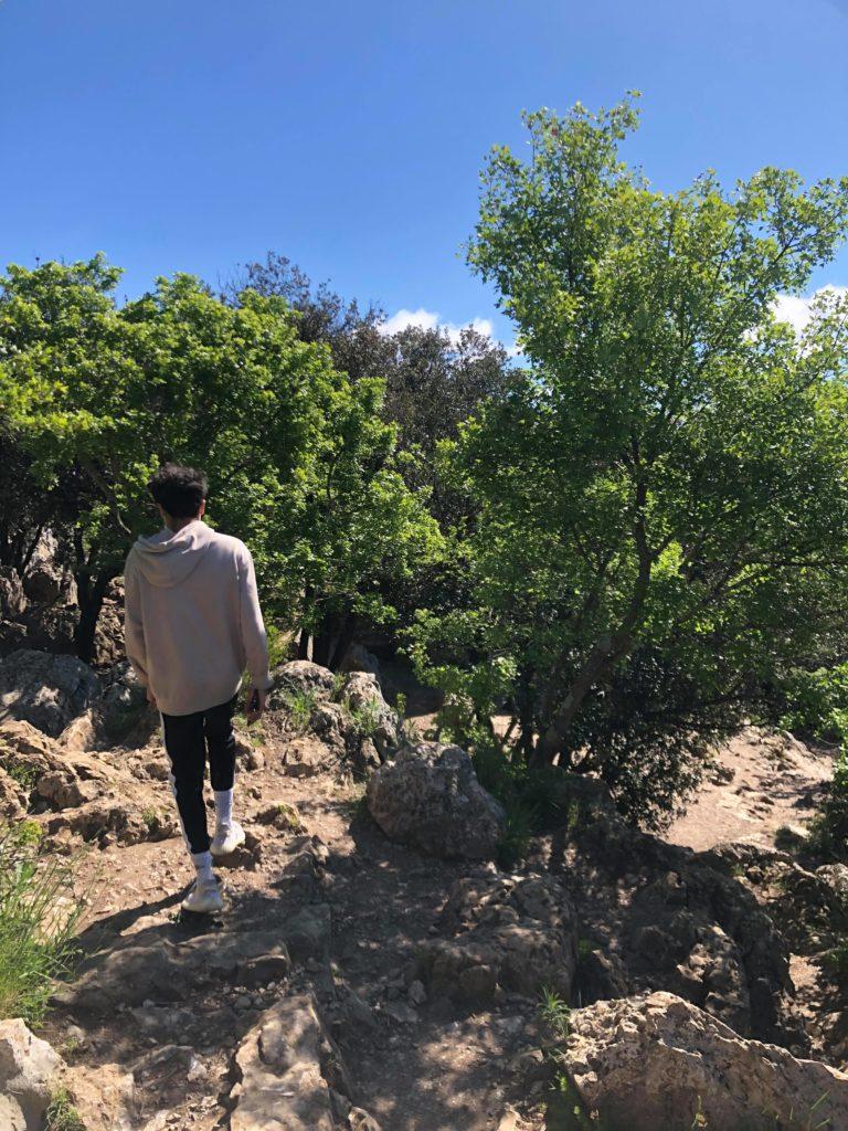 Je marche à travers les arbres et les roches au Pic Saint Loup